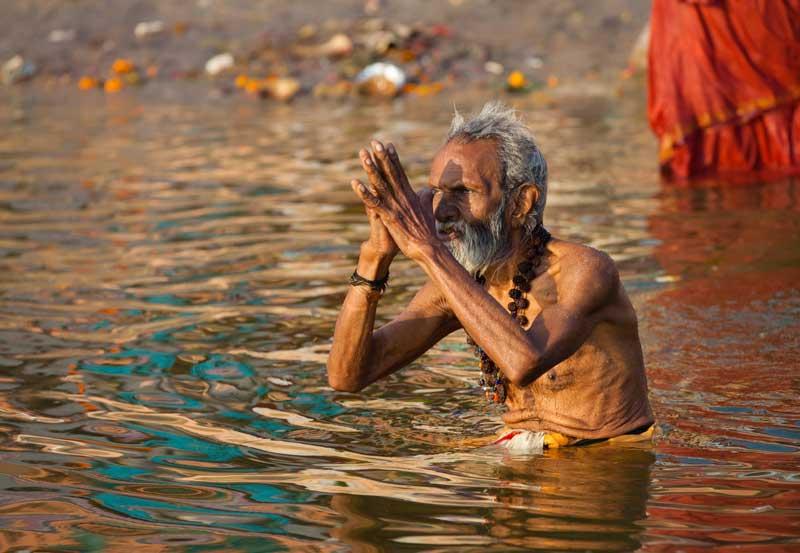 http://www.vidhantravels.com/img/varanasi-festivals/worshiping-sun-after-bath.jpg